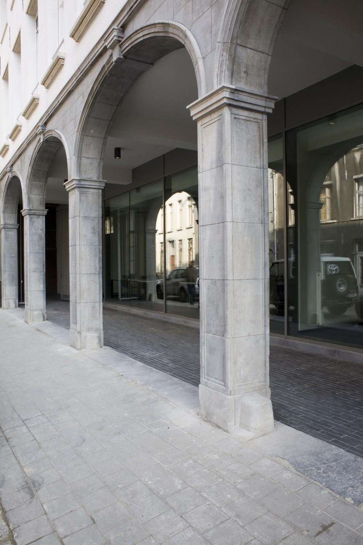 Abscis Architecten - Venusstraat met gerestaureerde gevel en doorzicht naar de bibliotheek – fotografie Elisabeth Broekaert