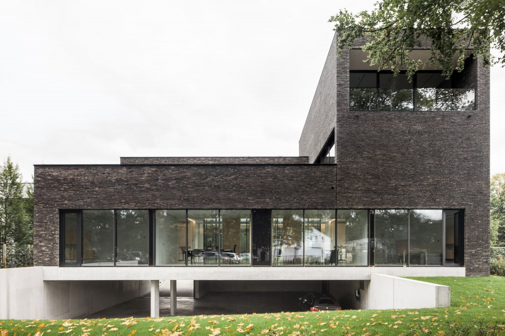 Abscis Architecten - view from the garden with open parking - photo Jeroen Verrecht