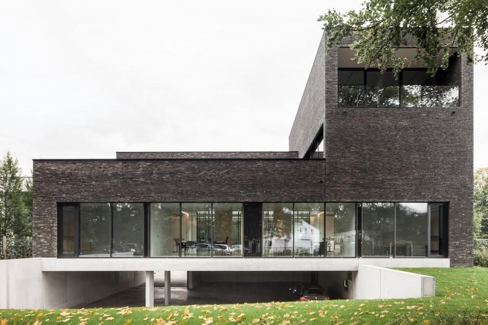 Abscis Architecten - zicht vanuit tuin met open parking - foto Jeroen Verrecht