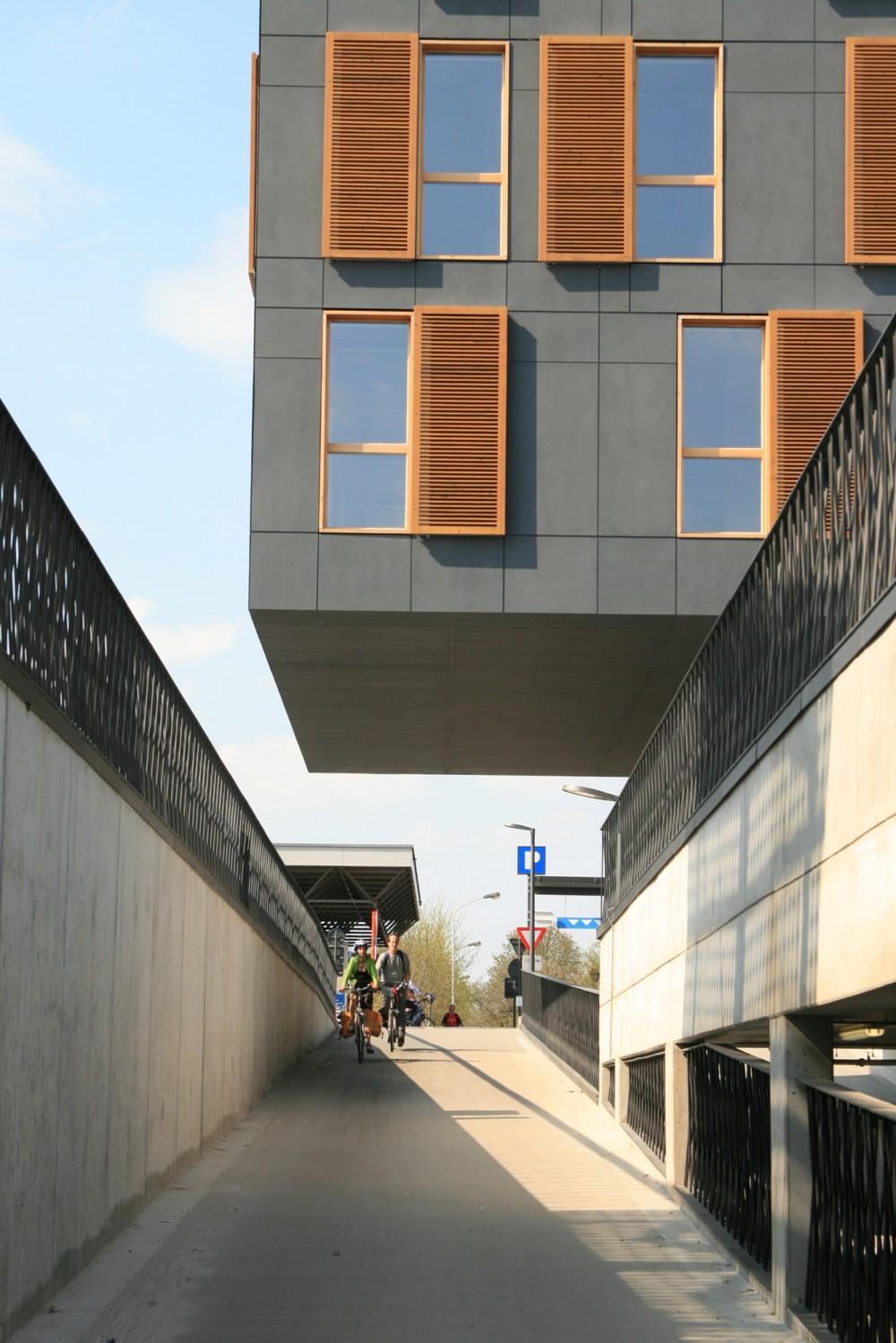 Abscis Architecten - De architectuur bestaat uit strakke vezelcementplaten gecombineerd met warme houten ramen en mobiele zonnewering – fotografie Abscis Architecten