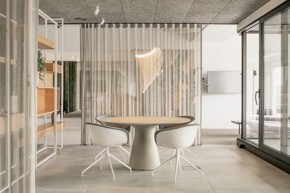 Abscis Architecten - afzonderlijke zitplekken met gordijnen als visuele scheiding - foto Jeroen Verrecht