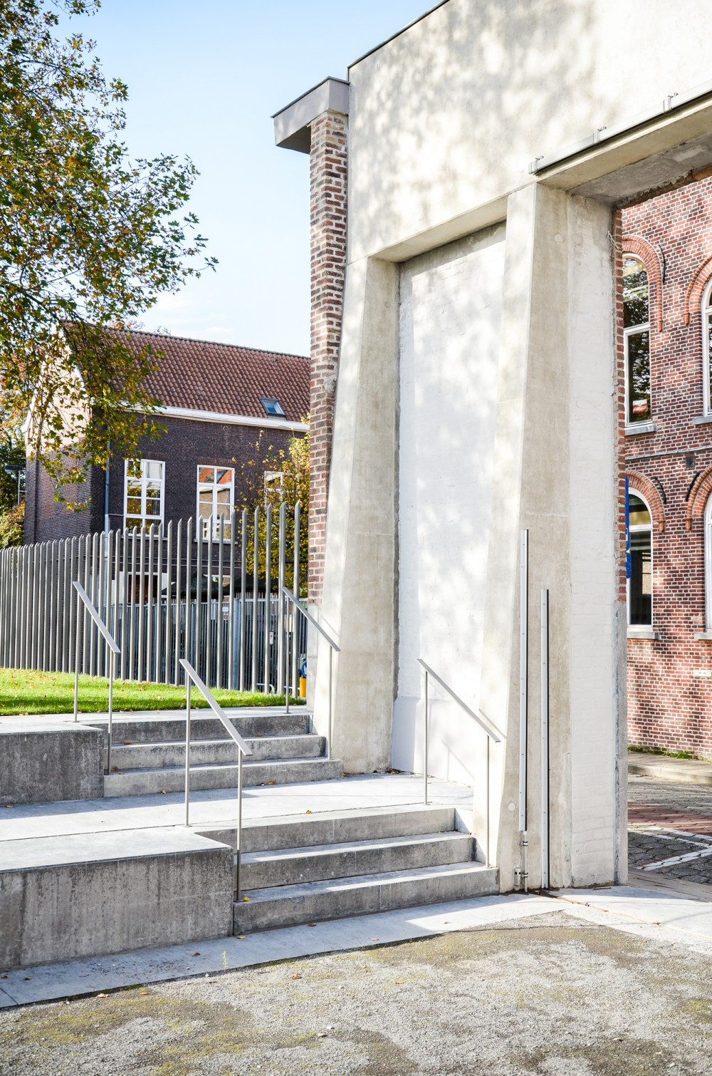 Abscis Architecten - Toegangsportaal uit zittreden en een petanqueveld – fotografie Abscis Architecten