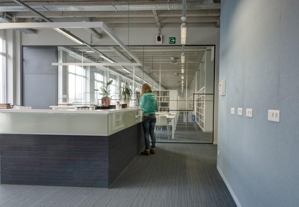 Abscis Architecten - Bibliotheek met op maat gemaakt baliemeubel - fotografie Inge Claessens