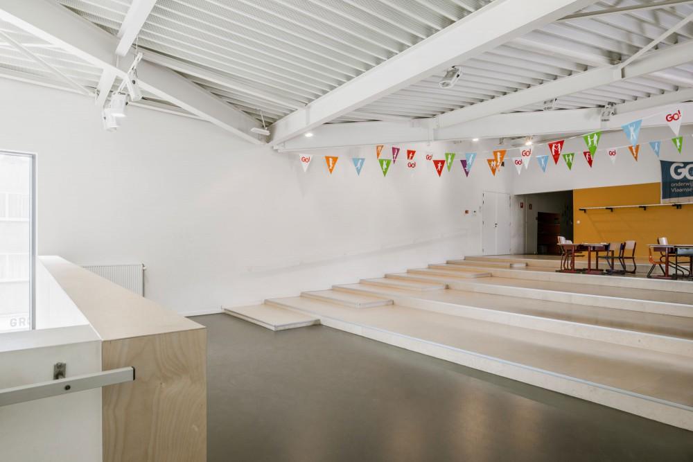 Abscis Architecten - basisschool: gradinvloer in de polyvalente zaal – foto Jeroen Verrecht