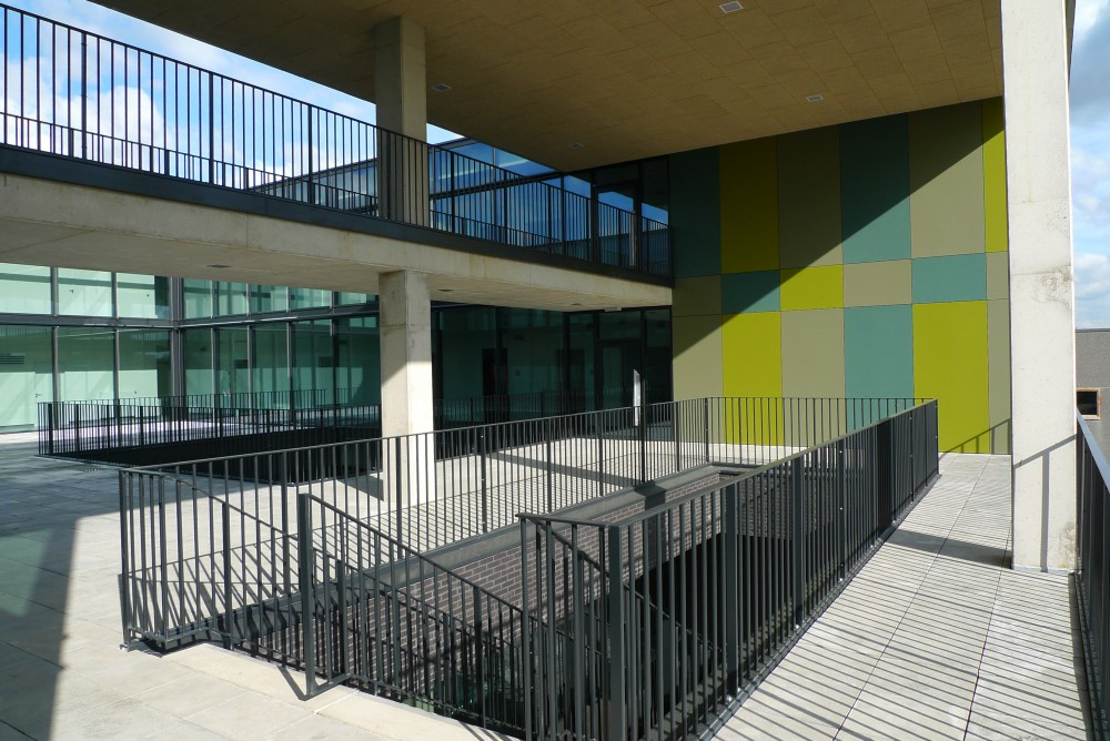 Abscis Architecten - view on the walkway and terrace for pupils