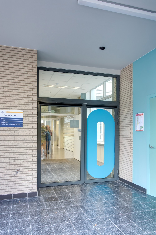 Abscis Architecten - Inkomsas met heldere signalisatie - fotografie Inge Claessens