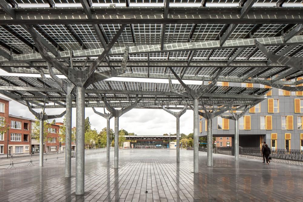 Abscis Architecten - De glazen luifel heeft fotovoltaïsche cellen ingebouwd - tegelijk vormt dit een aangename schaduwzone op het plein – fotografie Thomas De Bruyne