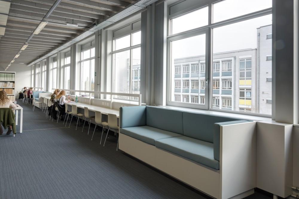 Abscis Architecten - Bibliotheek individuele werkplekken en zitbanken - fotografie Inge Claessens