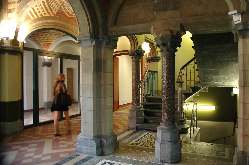 Abscis Architecten - Sfeerbeeld in de gerenoveerde inkom - Cloquetgebouw – fotografie Peter Lorré