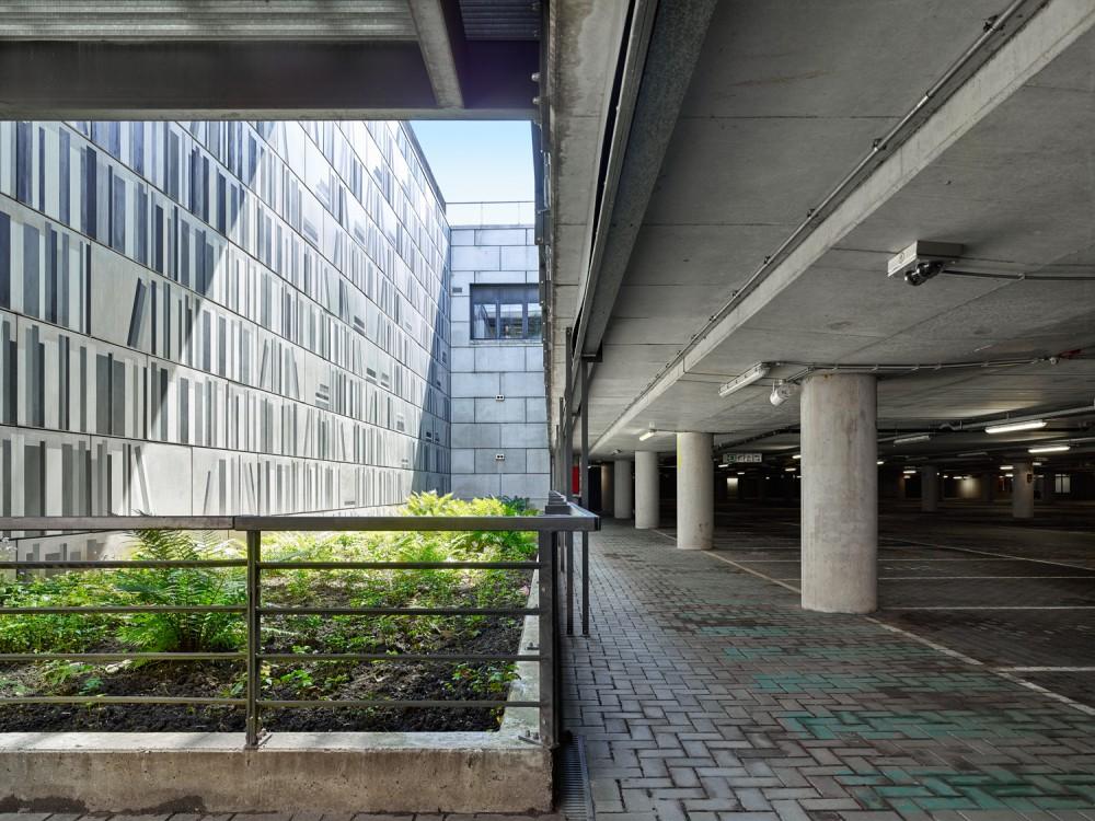 Abscis Architecten - Natuurlijk licht wordt via een vide tot alle niveaus van de parking gebracht - op -3 bevindt zich een groenzone  - fotografie Dennis De Smet