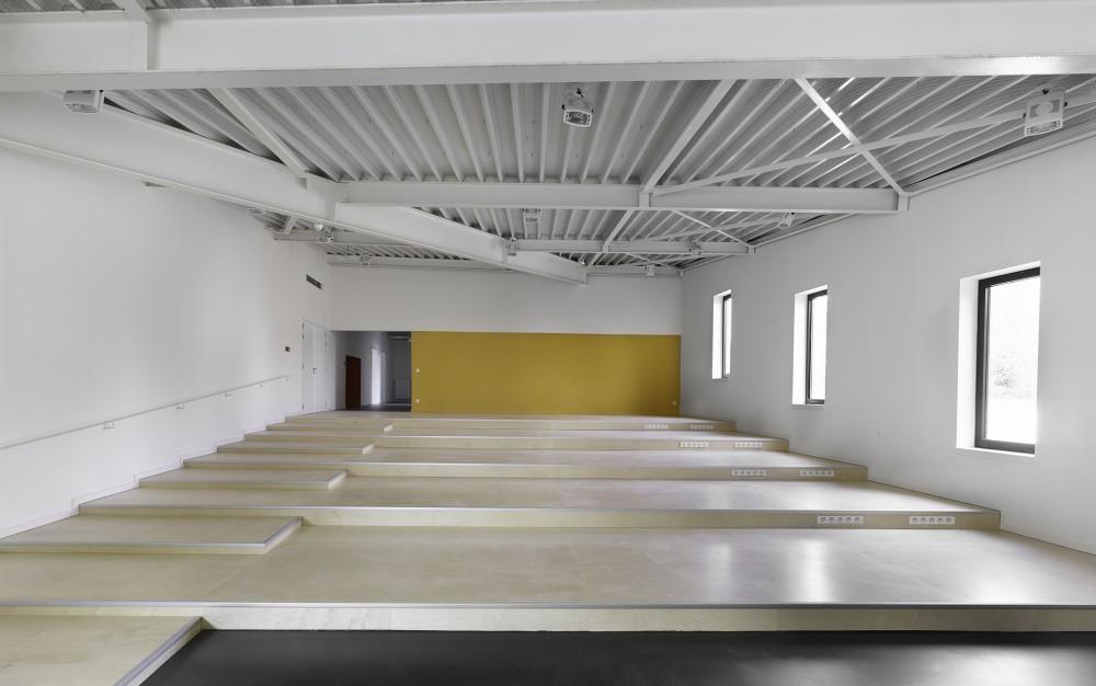 Abscis Architecten - basisschool: gradinvloer in de polyvalente zaal – fotografie Toon Grobet