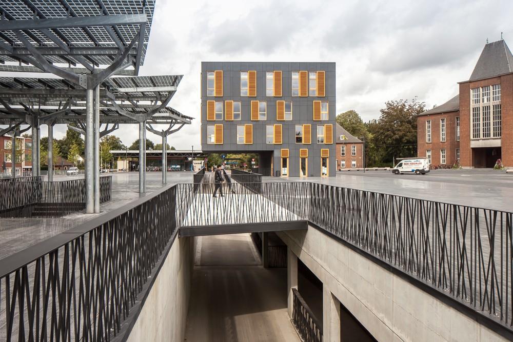 Abscis Architecten - Een publieke fietstunnel verbindt de noord- en zuidzijde van het plein onder de drukke Liersesteenweg door – fotografie Thomas De Bruyne