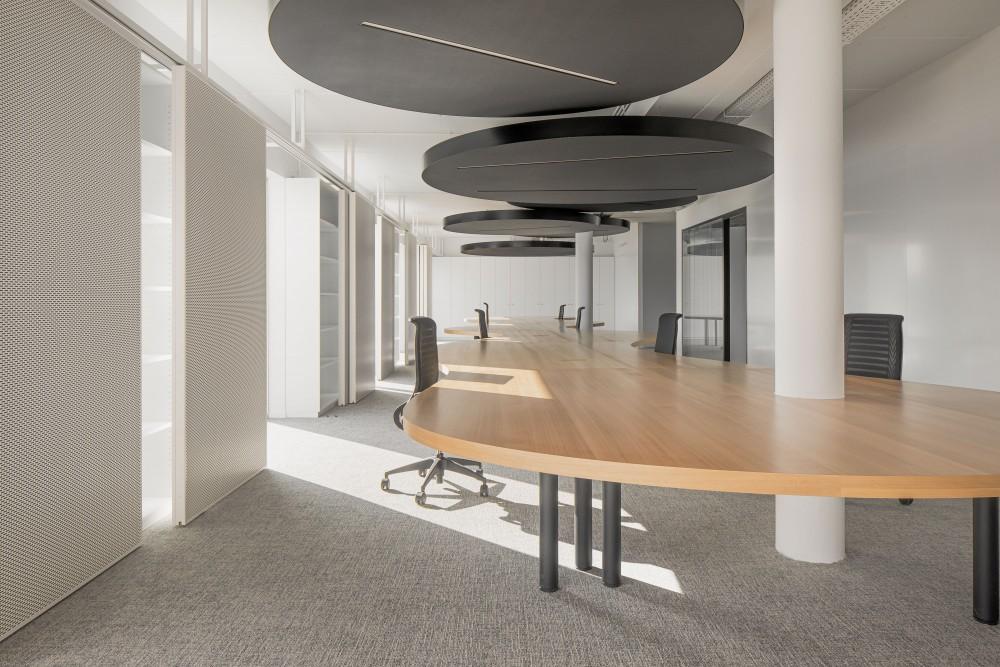 Abscis Architecten - lange werktafel zone projectleiders - foto Jeroen Verrecht