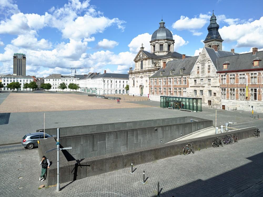 Abscis Architecten - De in- en uitritten werden gebundeld op de zuidzijde van het plein - zo wordt verkeer op het plein vermeden - fotografie Dennis De Smet