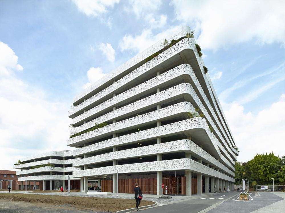 Abscis Architecten - View to the square - photography Dennis De Smet