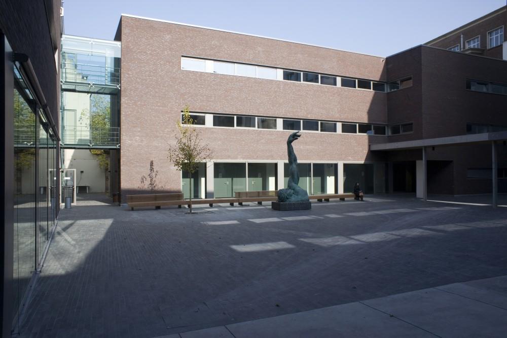 Abscis Architecten - Binnenplein met zicht op het faculteitsgebouw van de rechten – fotografie Elisabeth Broekaert