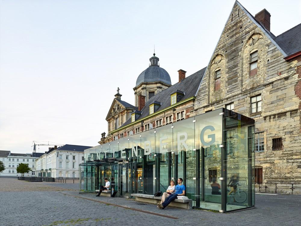 Abscis Architecten - De toegangsgebouwen zijn in een minimalistische glasarchitectuur ontworpen en passen zich in in de historische omgeving - fotografie Dennis De Smet