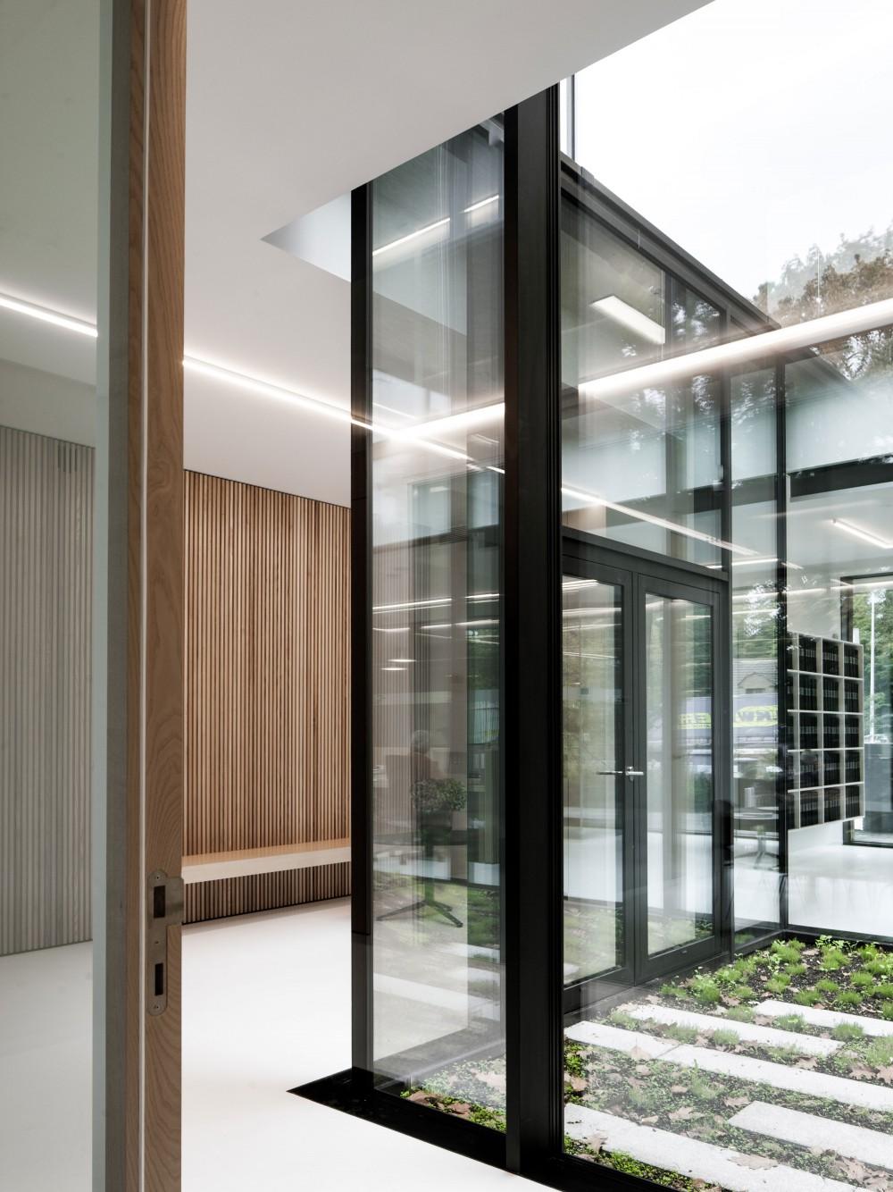 Abscis Architecten - wachtzone langs de patio - foto Jeroen Verrecht