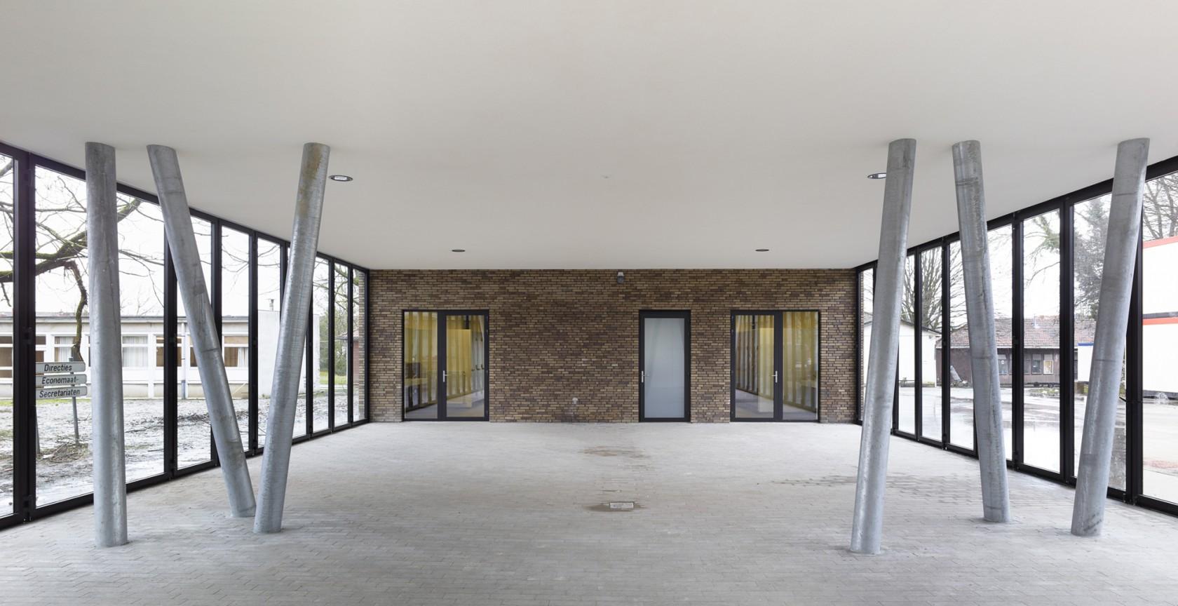 Abscis Architecten - overdekte onderdoorgang als polyvalente ruimte onder het labogebouw – fotografie Toon Grobet