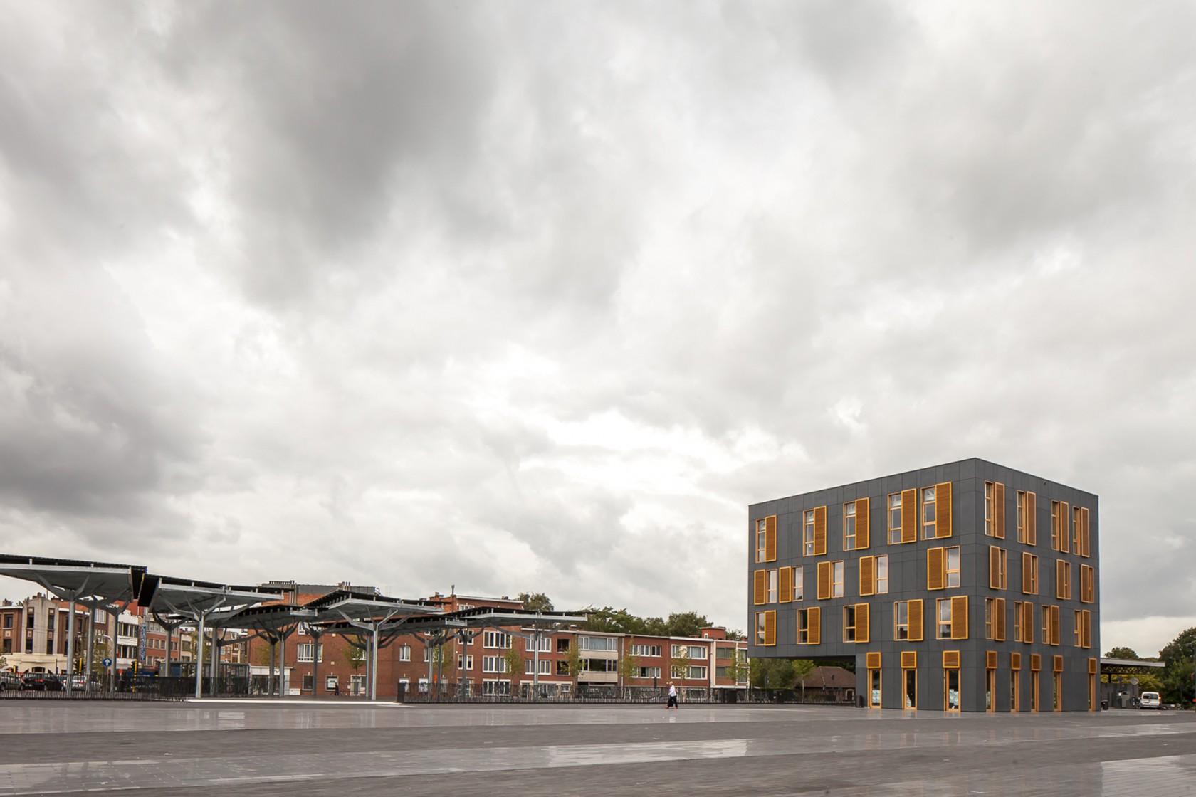 Abscis Architecten - Het weidse plein wordt gemarkeerd door de glazen luifel en het nieuwe gebouw – fotografie Thomas De Bruyne