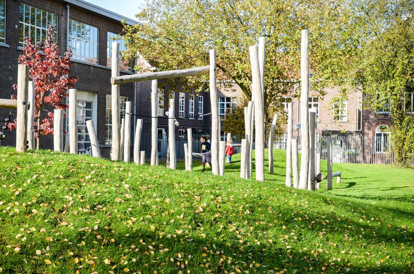 Abscis Architecten - Groene speelheuvels met een hindernissenparcours brengen het park tot leven – fotografie Abscis Architecten