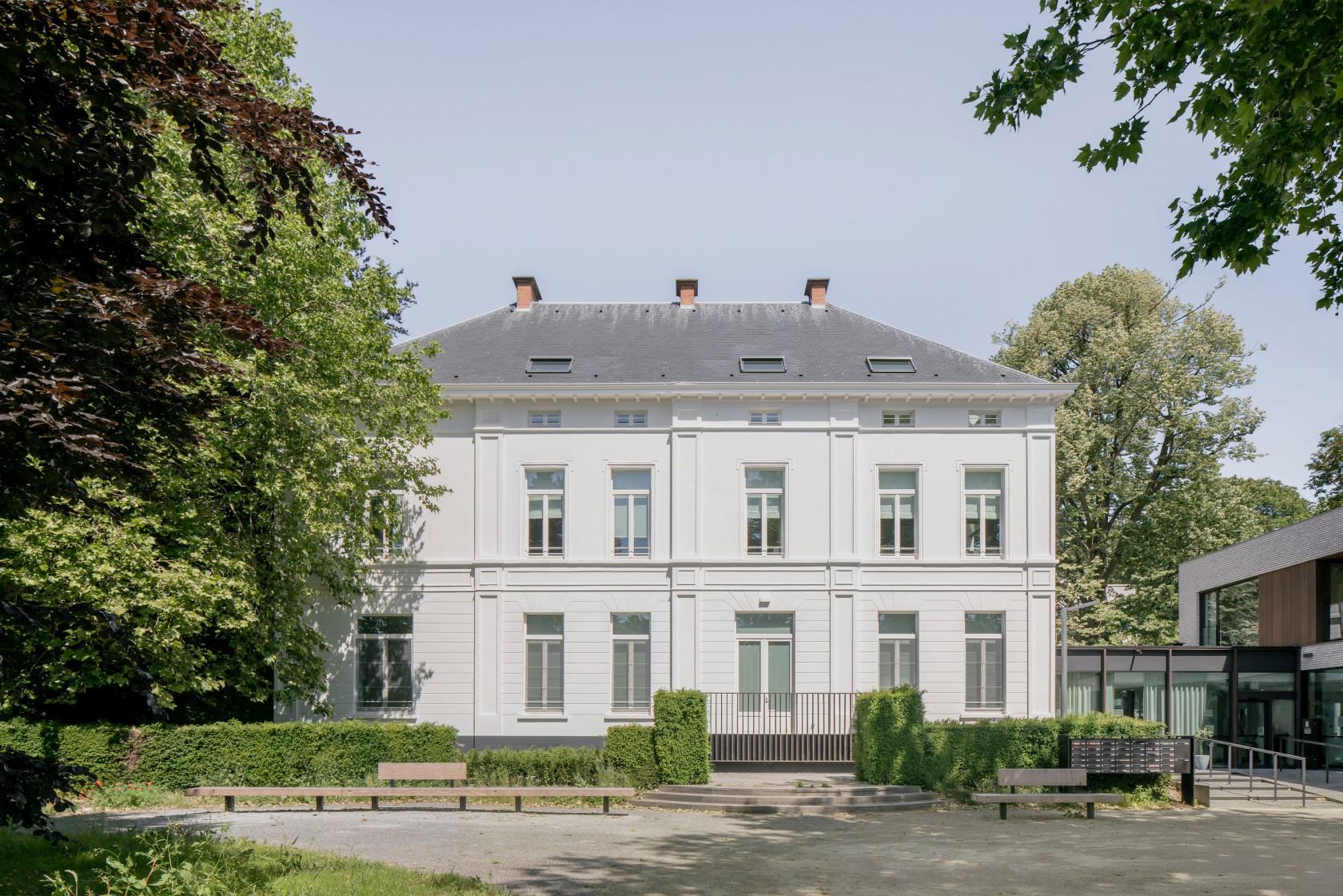 Abscis Architecten - frontal view on the neoclassical castle - photography Jeroen Verrecht