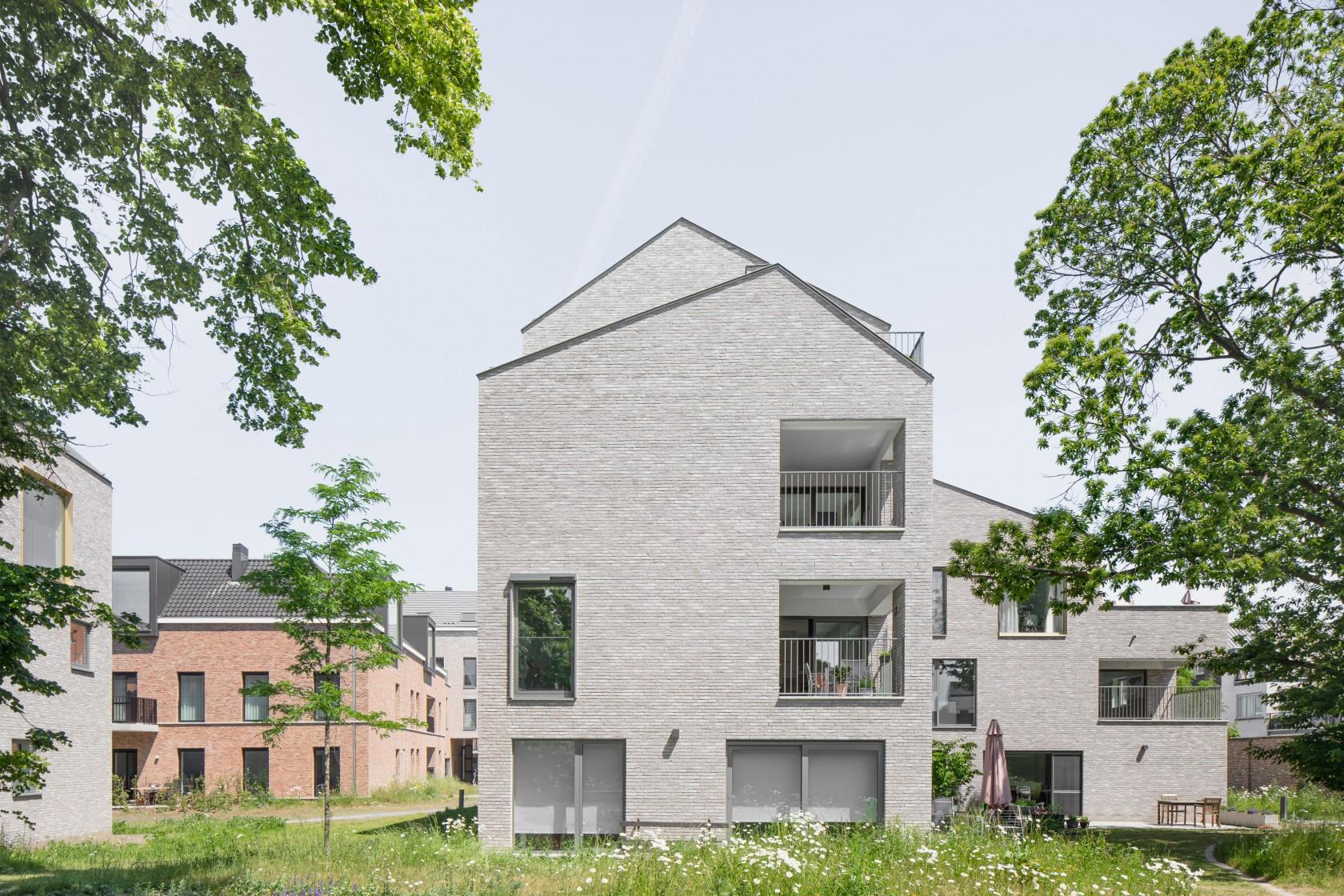 Abscis Architecten - nieuwe woonblokken en zicht op de hoofdtoegang - foto Jeroen Verrecht
