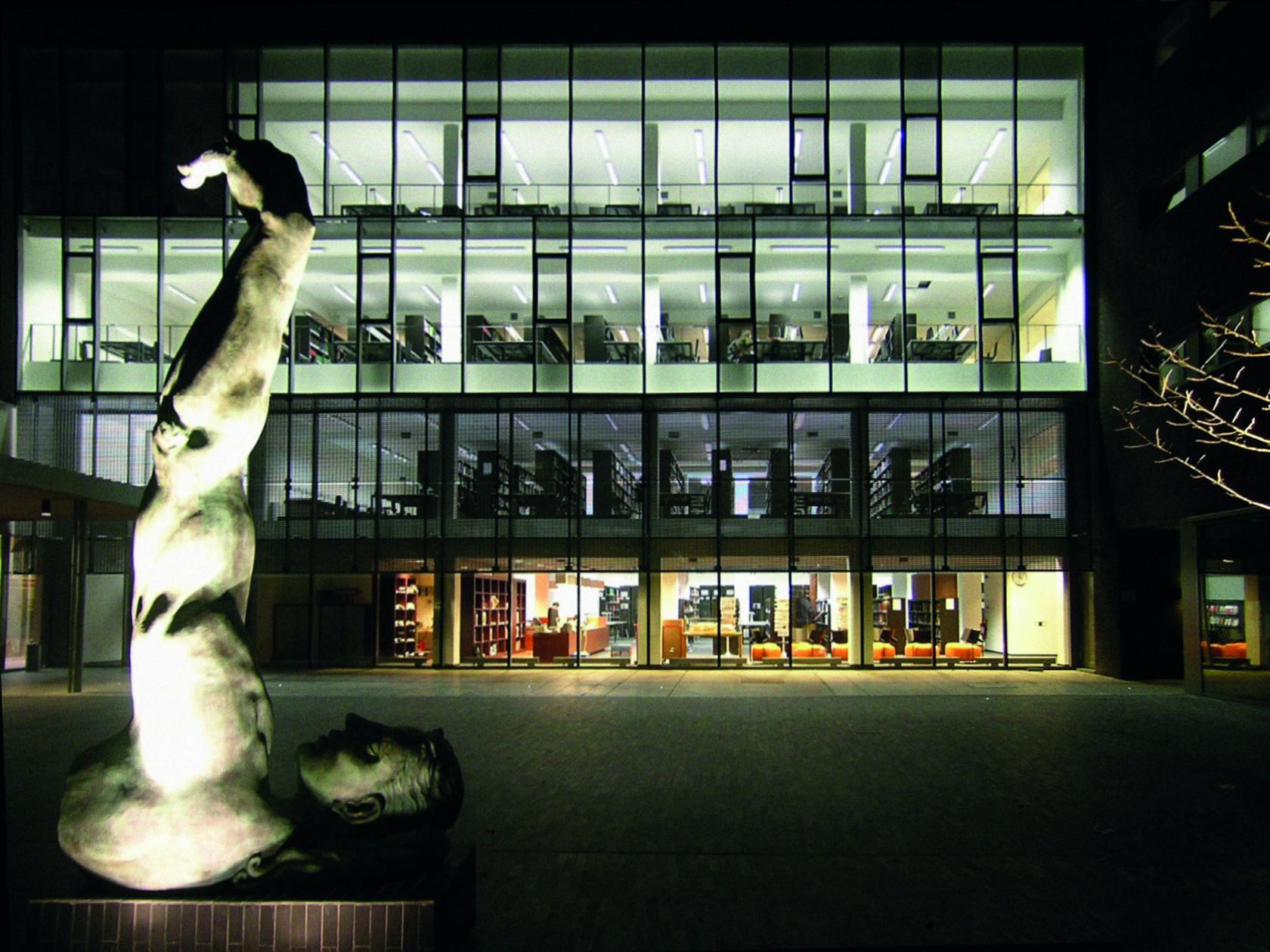 Abscis Architecten - Nieuw binnenplein met kunstwerk van Luk Van Soom – fotografie Elisabeth Broekaert