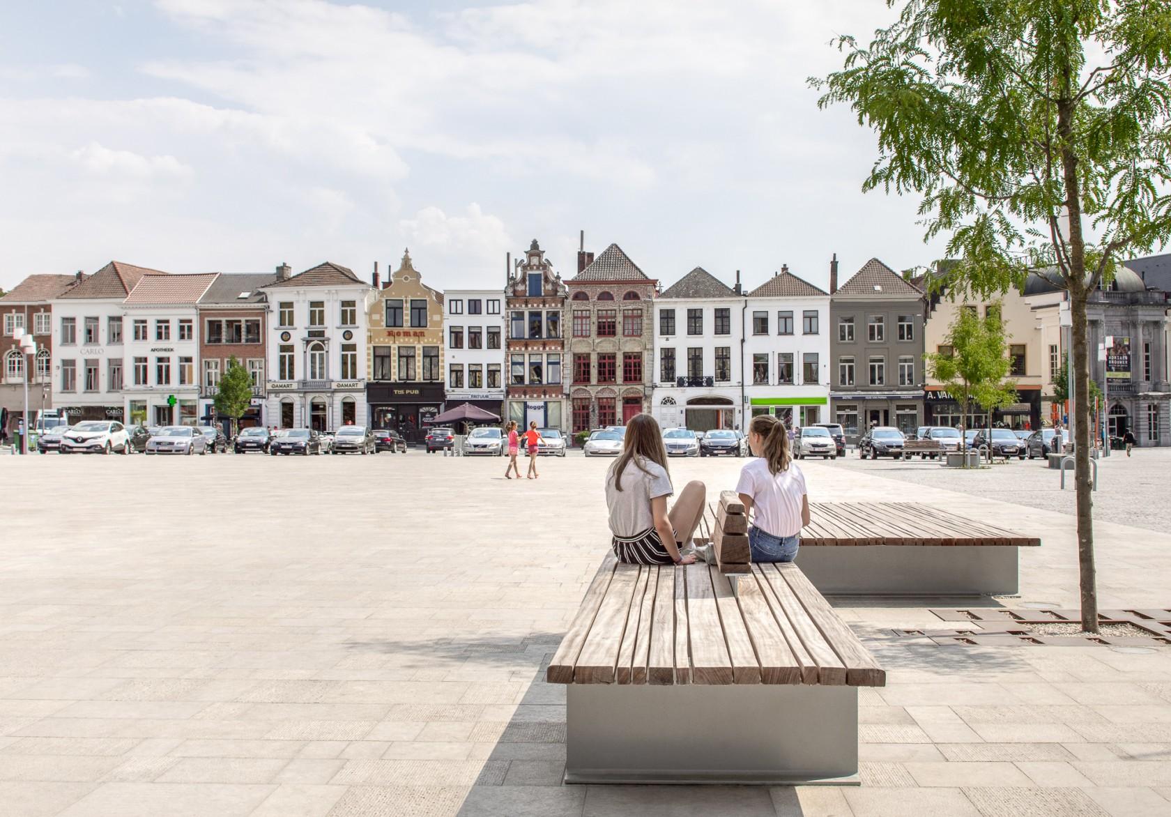 Abscis Architecten - zitelementen op het plein - foto Jeroen Verrecht