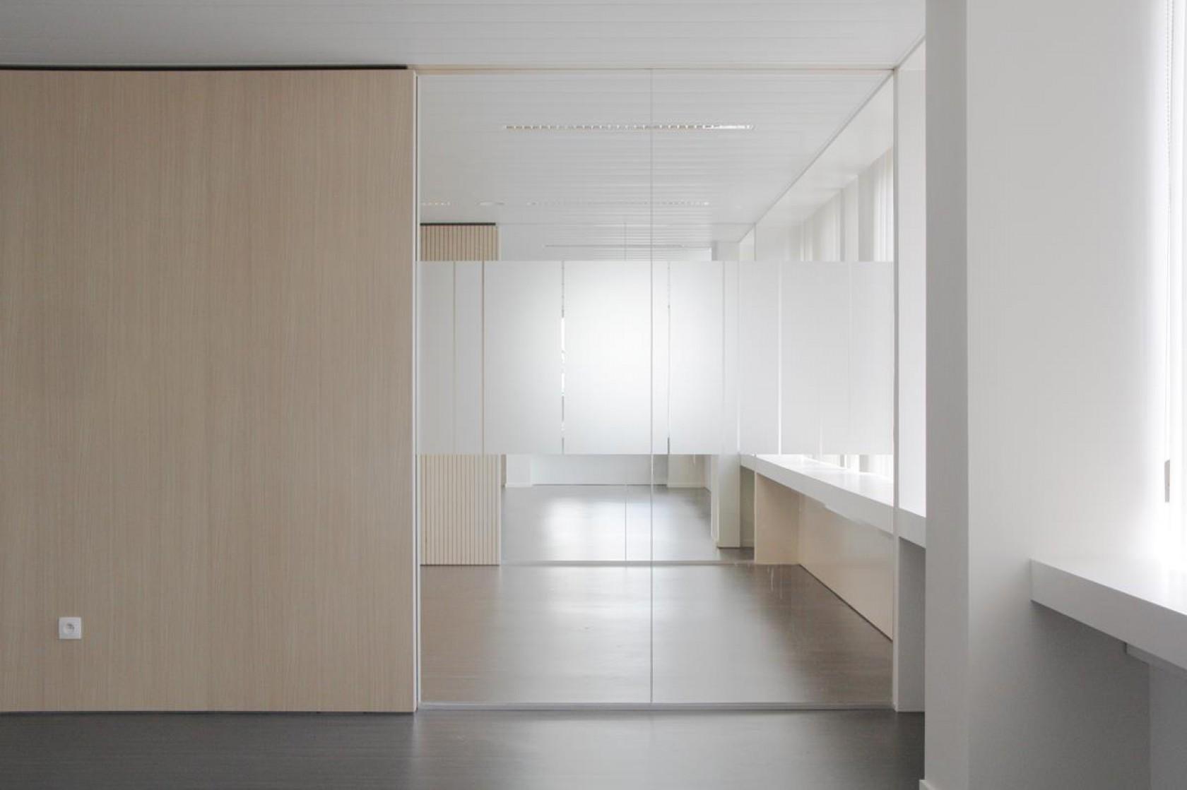 Abscis Architecten - open transparante werkplekken langs de gevels