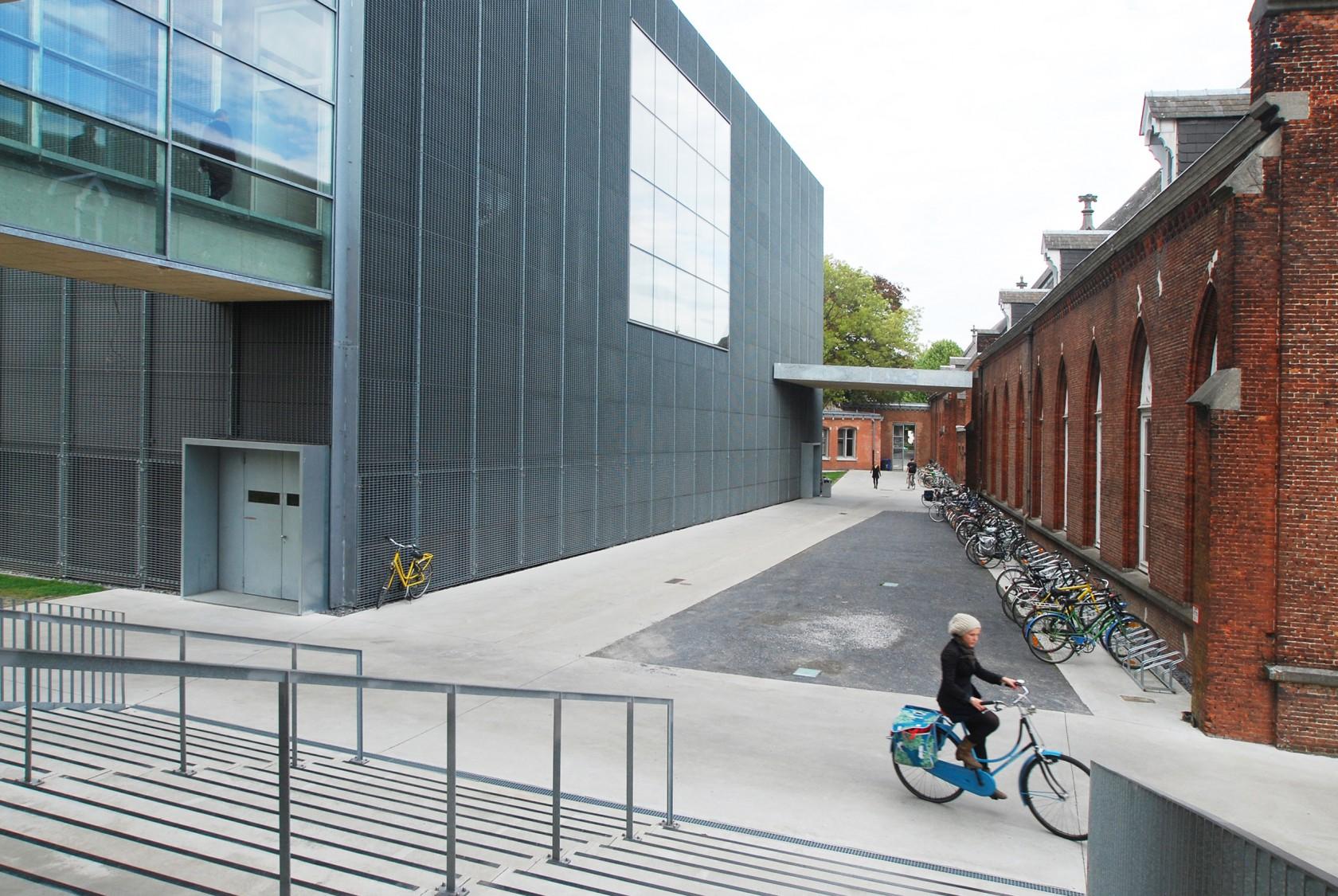 Abscis Architecten - Doorgang tussen de nieuwbouw en het 19de eeuwse Pauligebouw – fotografie Abscis Architecten