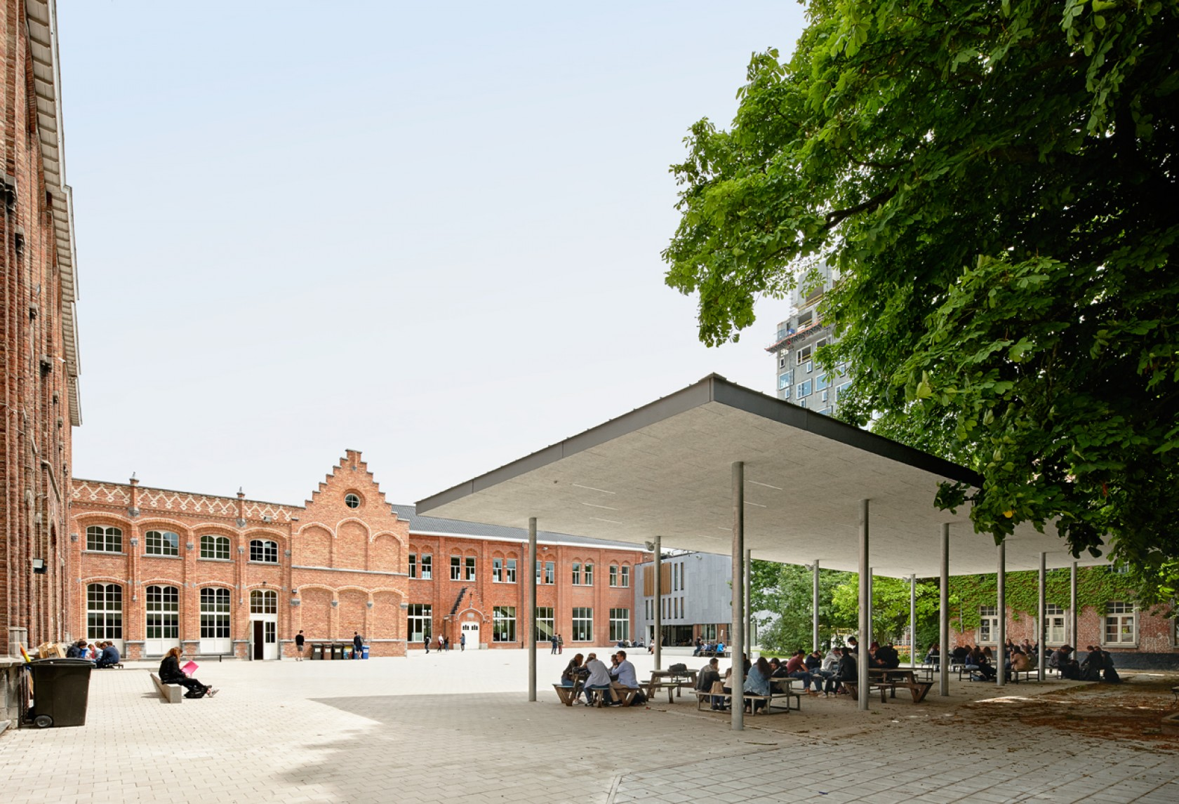 Abscis Architecten - centraal campusplein met luifel, campus Kaai - fotografie Dennis De Smet