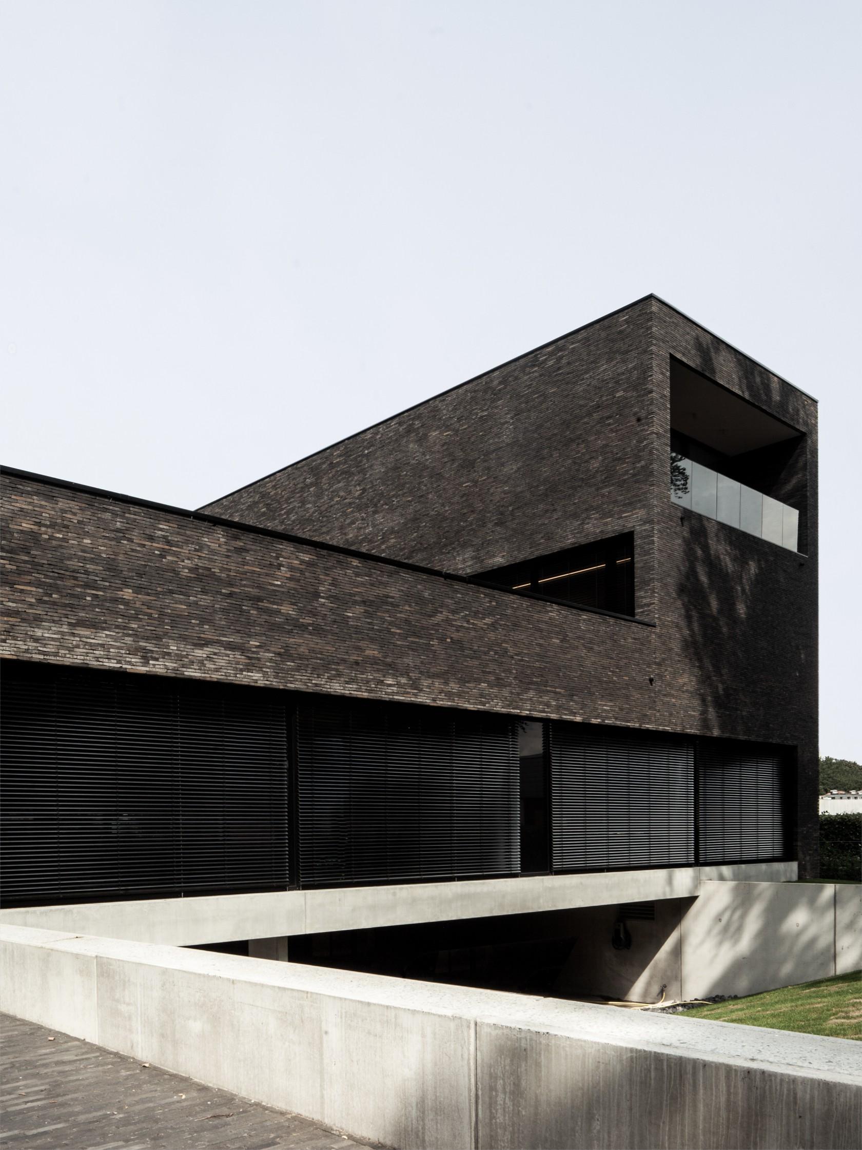 Abscis Architecten - Dunkler Backstein lässt den Bau massiv und verschlossen wirken - foto Jeroen Verrecht