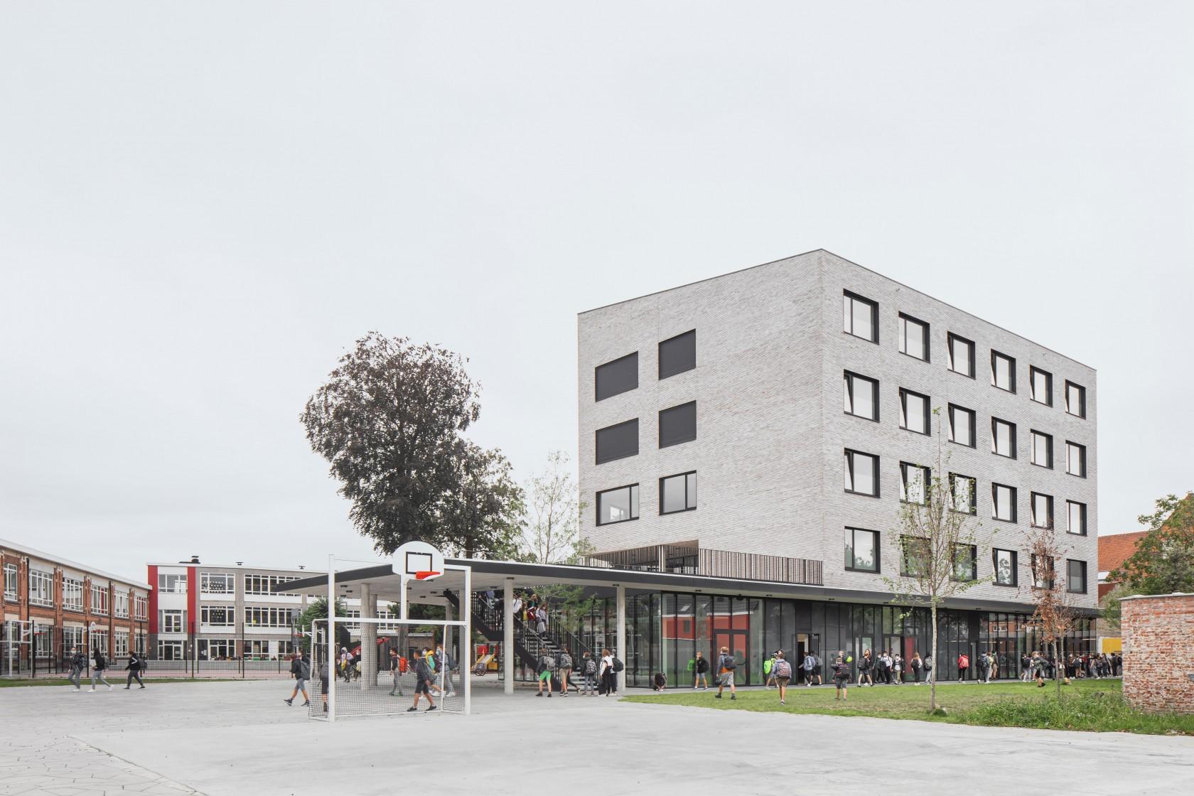 Abscis Architecten - nieuwbouw eerste graad met geperforeerde luifel - foto Jeroen Verrecht