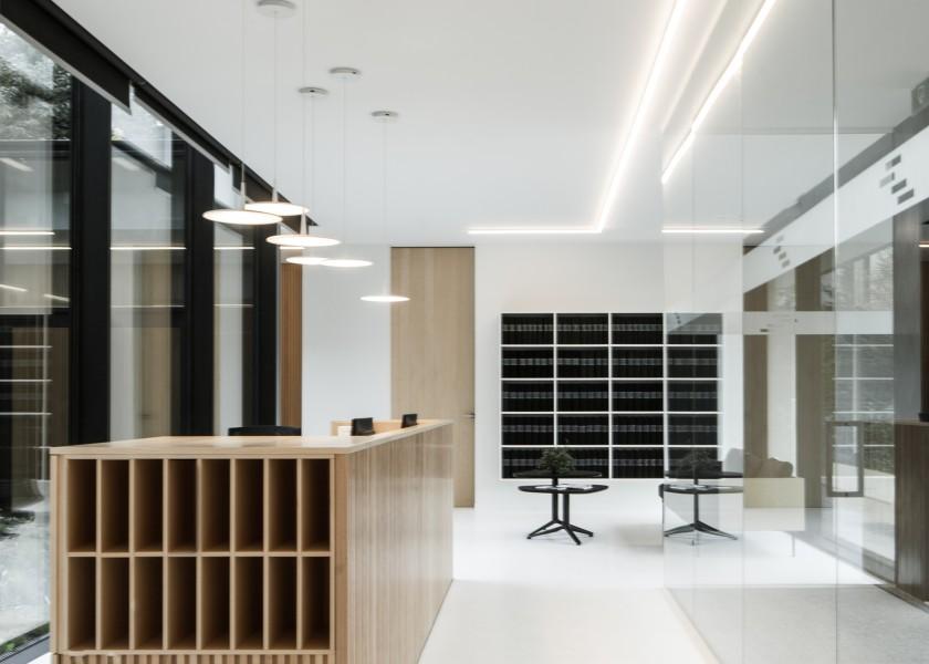 Abscis Architecten - notariaat Gent - onthaal met balie en patio - fotografie Jeroen Verrecht