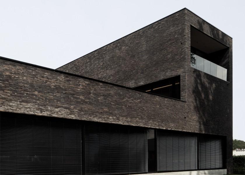 Abscis Architecten - Dunkler Backstein lässt den Bau massiv und verschlossen wirken - photo Jeroen Verrecht
