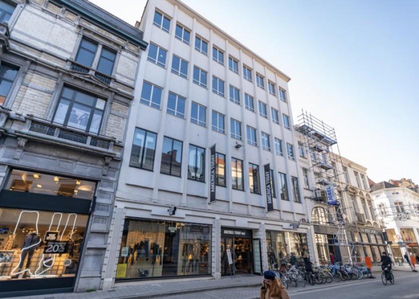 Abscis Architecten - De bovenste vier verdiepingen worden hotelkamers. De kledingzaak America Today verdwijnt, maar op de begane grond blijft plaats voor een kleine handelszaak. (c) dvh
